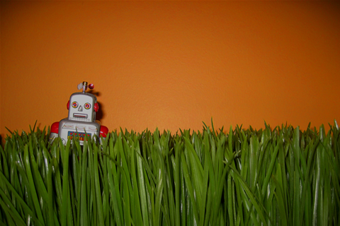 robot sobre cesped