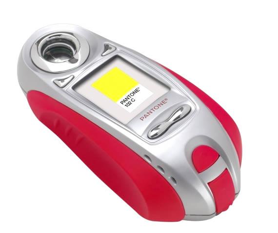 Aparato de medición de color con forma de mouse, pantalla con muestra, alaborado en rojo y plateado.