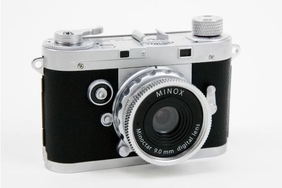 Cámara Minox imitación Leica M3 sobre fondo blanco
