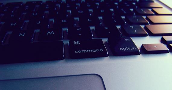 Vista parcial de teclado y mousepad de Macbook Pro