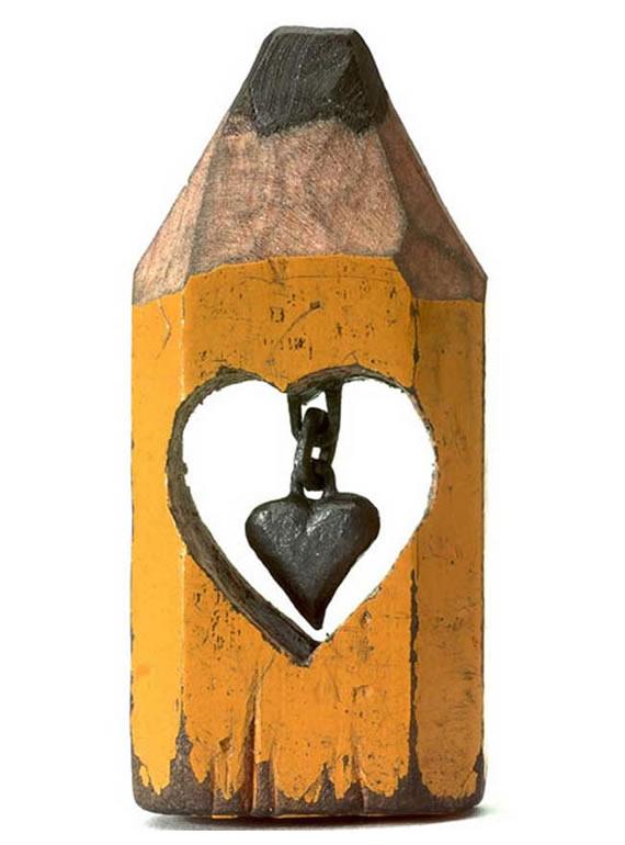 Corazón colgando de una cadena realizados en el grafito interno de un lápiz.