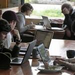 Gente trabajando en un café
